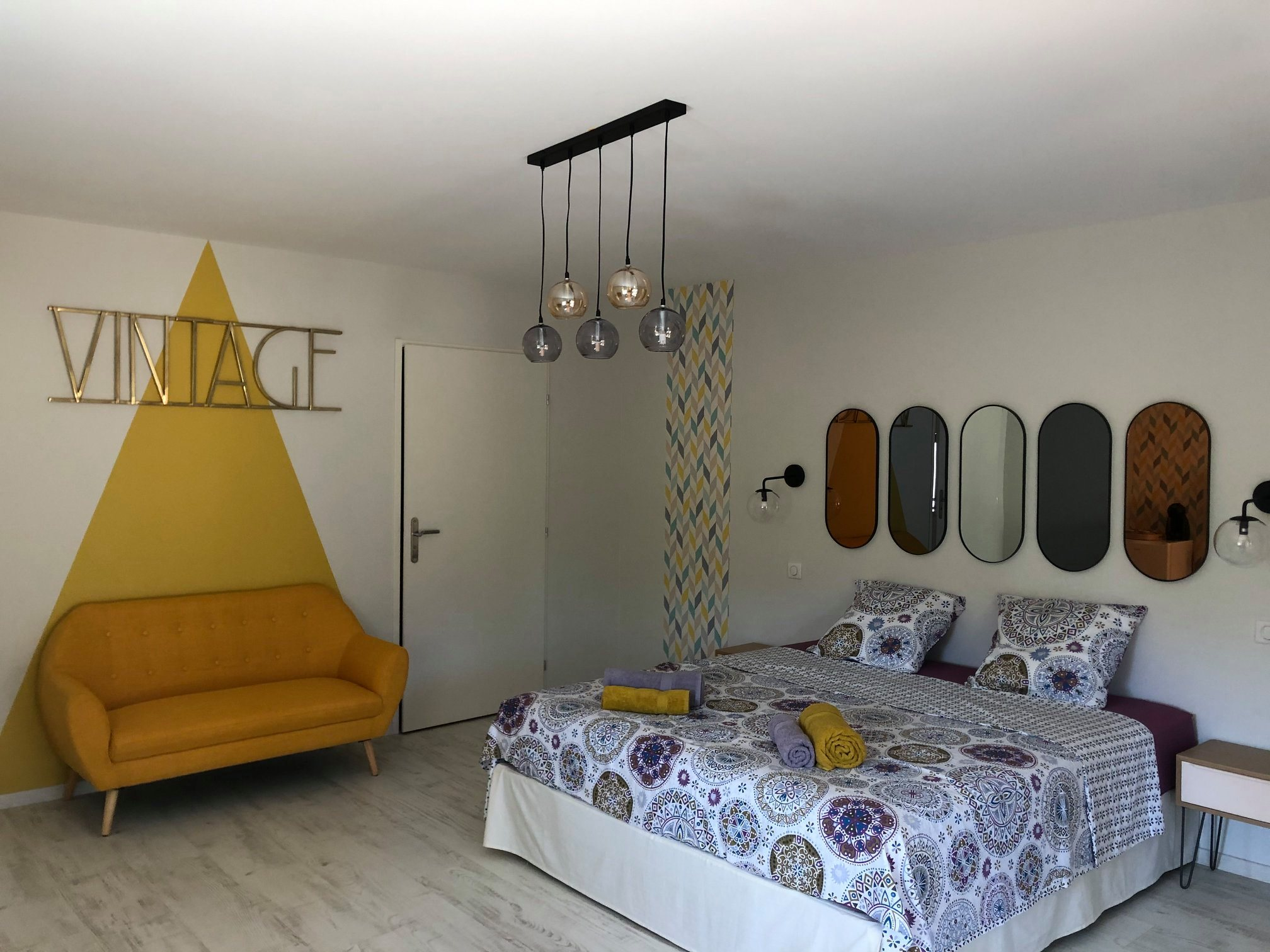 Création d'une maison d'hôtes à Belvès en Dordogne, réalisation des peintures (plafonds, murs et boiseries), des figures et la pose de papiers peints par la SARL Marcillac et Fils