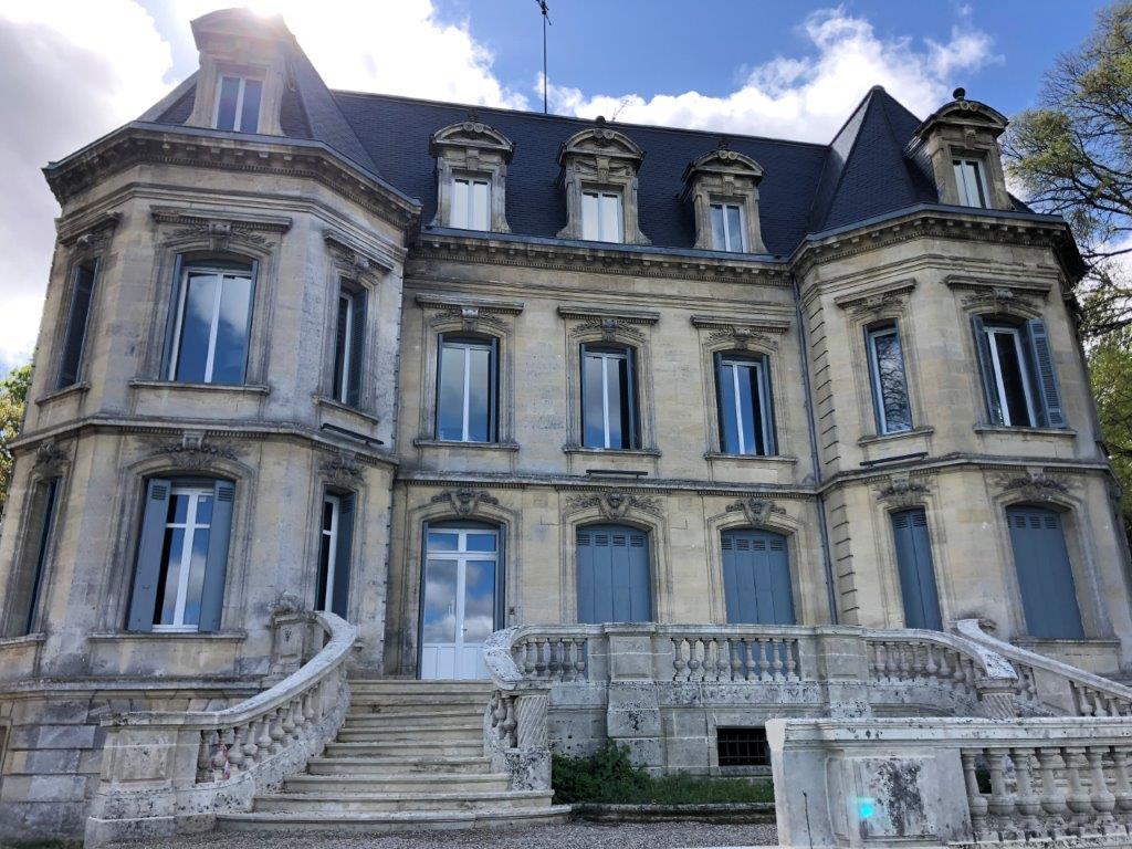 Réhabilitation d'un château en Gironde en logements locatifs et en bureaux par l'entreprise Marcillac et fils.