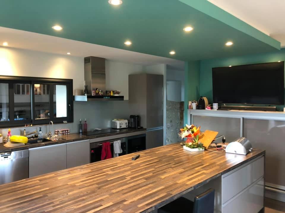 Rénovation intérieure : peintures des murs et des plafonds d'une cuisine et de la salle à manger en Périgord par l'entreprise Marcillac et fils