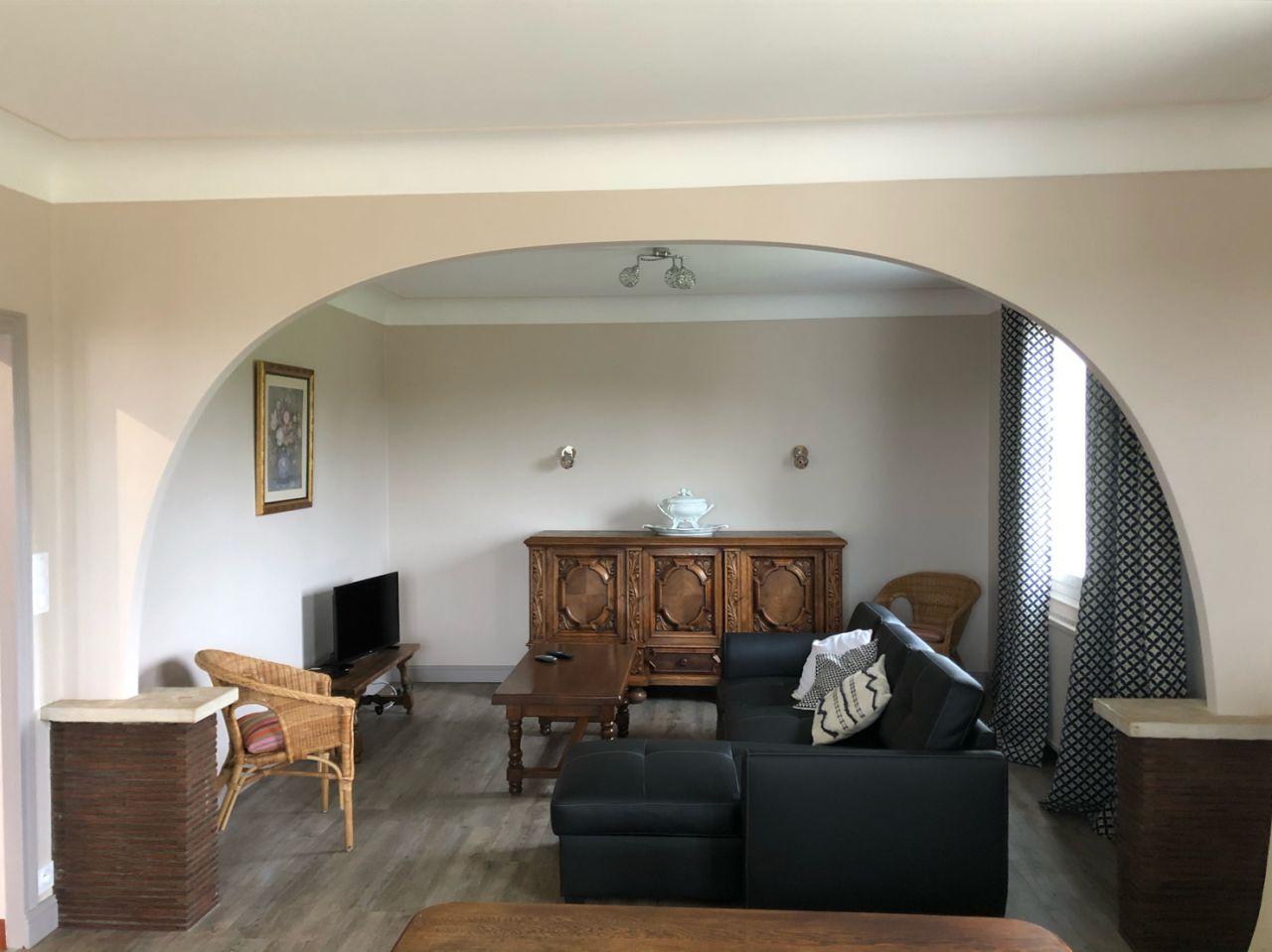 Rénovation intérieure d'une maison, nous avons réalisé la pose des sols et les peintures des murs.