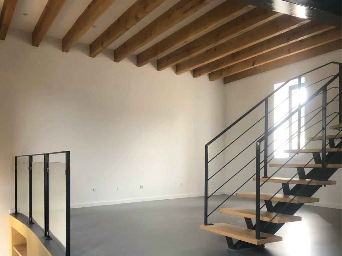 Rénovation d'une grange en pièce à vivre, traitement escalier, du plafond et des mûrs